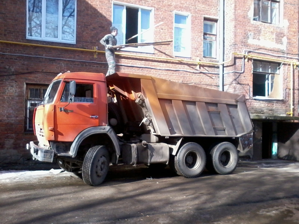 погрузка мусора в камаз из здания